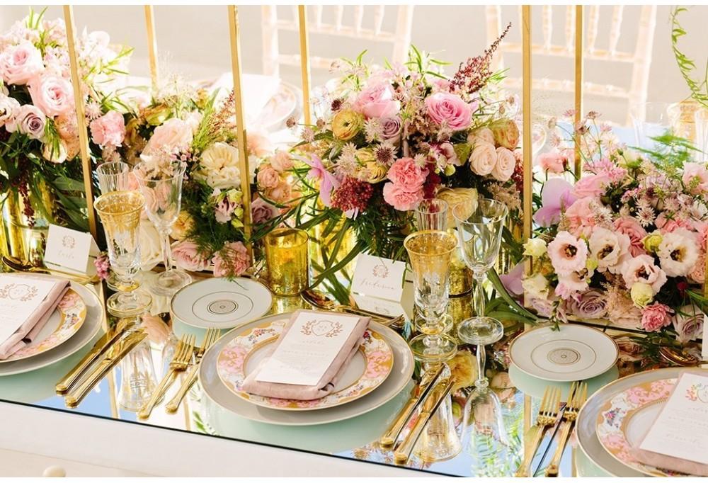 Οι διαχρονικές πινελιές του ροζ στη γαμήλια διακόσμηση.